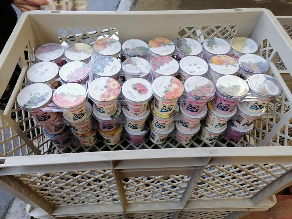 Des pots de yaourts dans une caisse