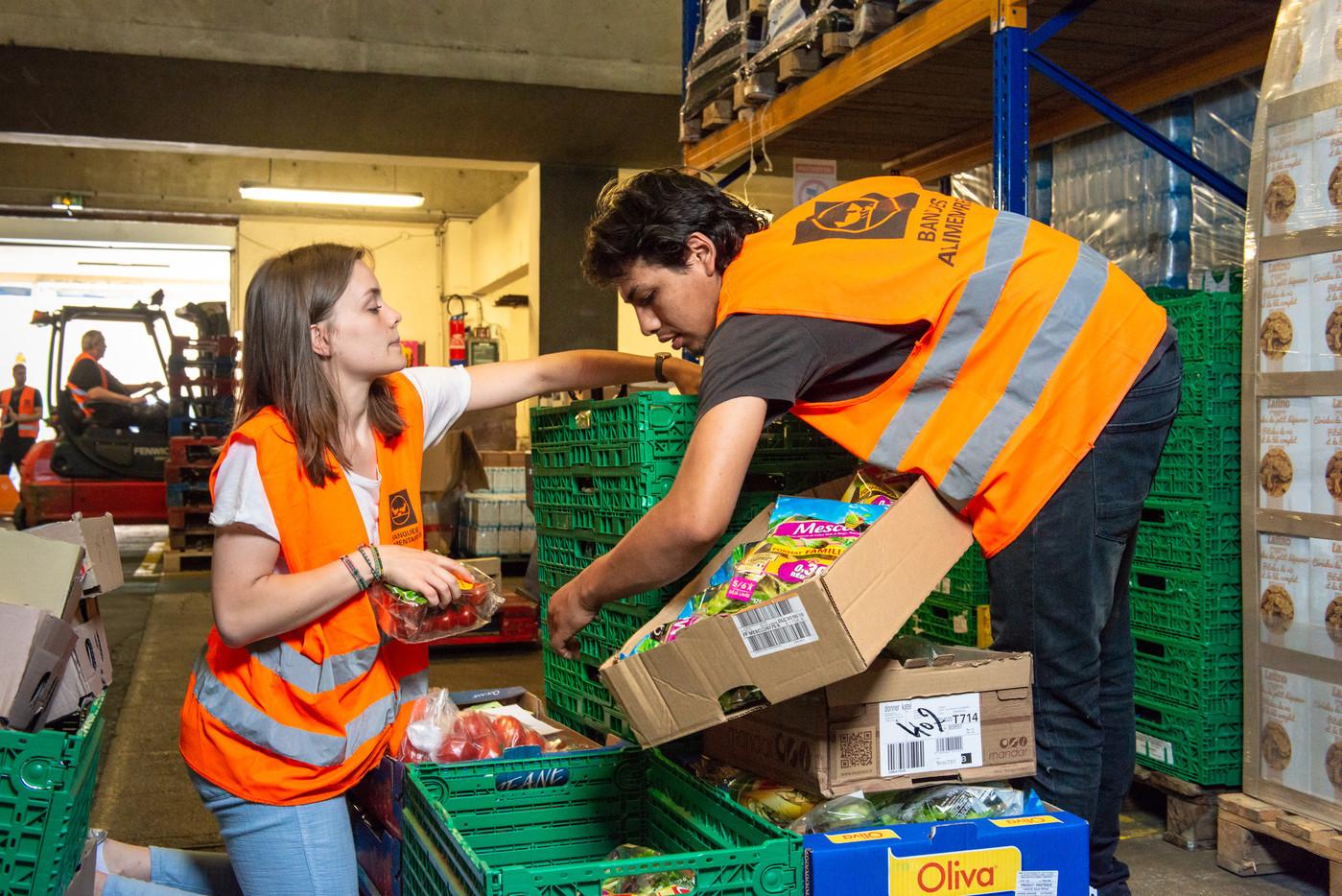 Des bénévoles de la Banque Alimentaire trient les produits collectés